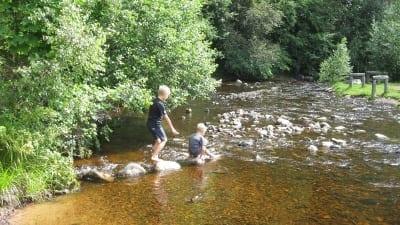 Barn leker vid vattnet i Säterdalen