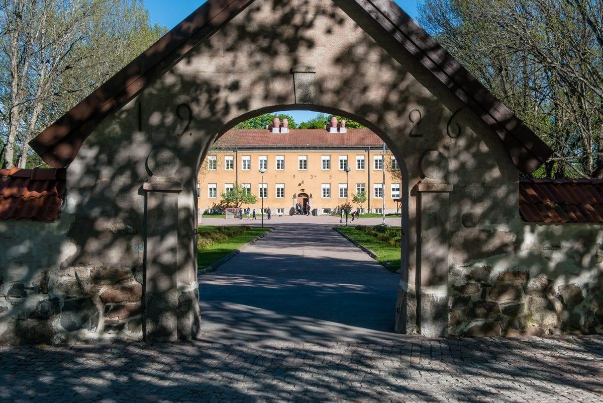 Kungsgårdsskolan, byggnaden Krusen sett genom portalen