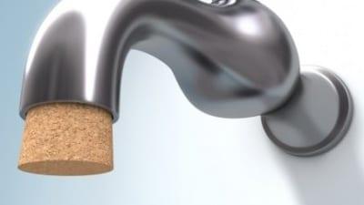 vattenkran med kork som stoppar vattnet.