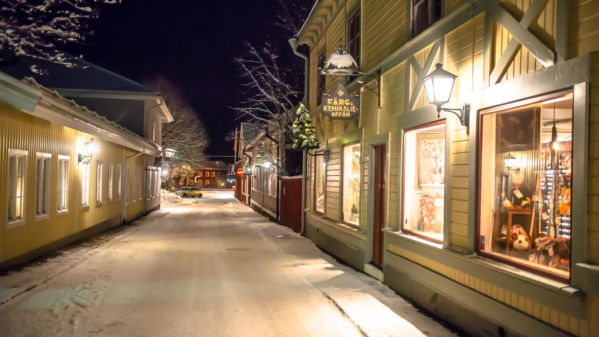 gata i Säter, upplyst av fasadgranar.