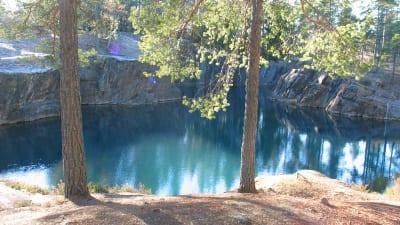 Det vattenfyllda gruvhålet i Silvberg.