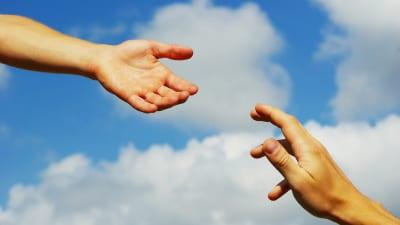 Två händer möts.