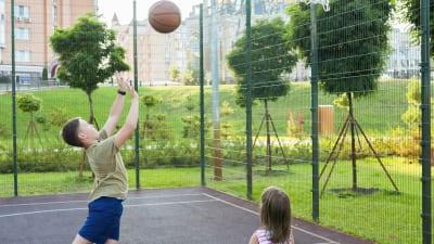 Barn spelar basket i multiarena