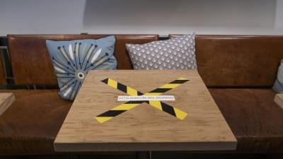 Bord med information om att bordet inte får användas pga covid-19