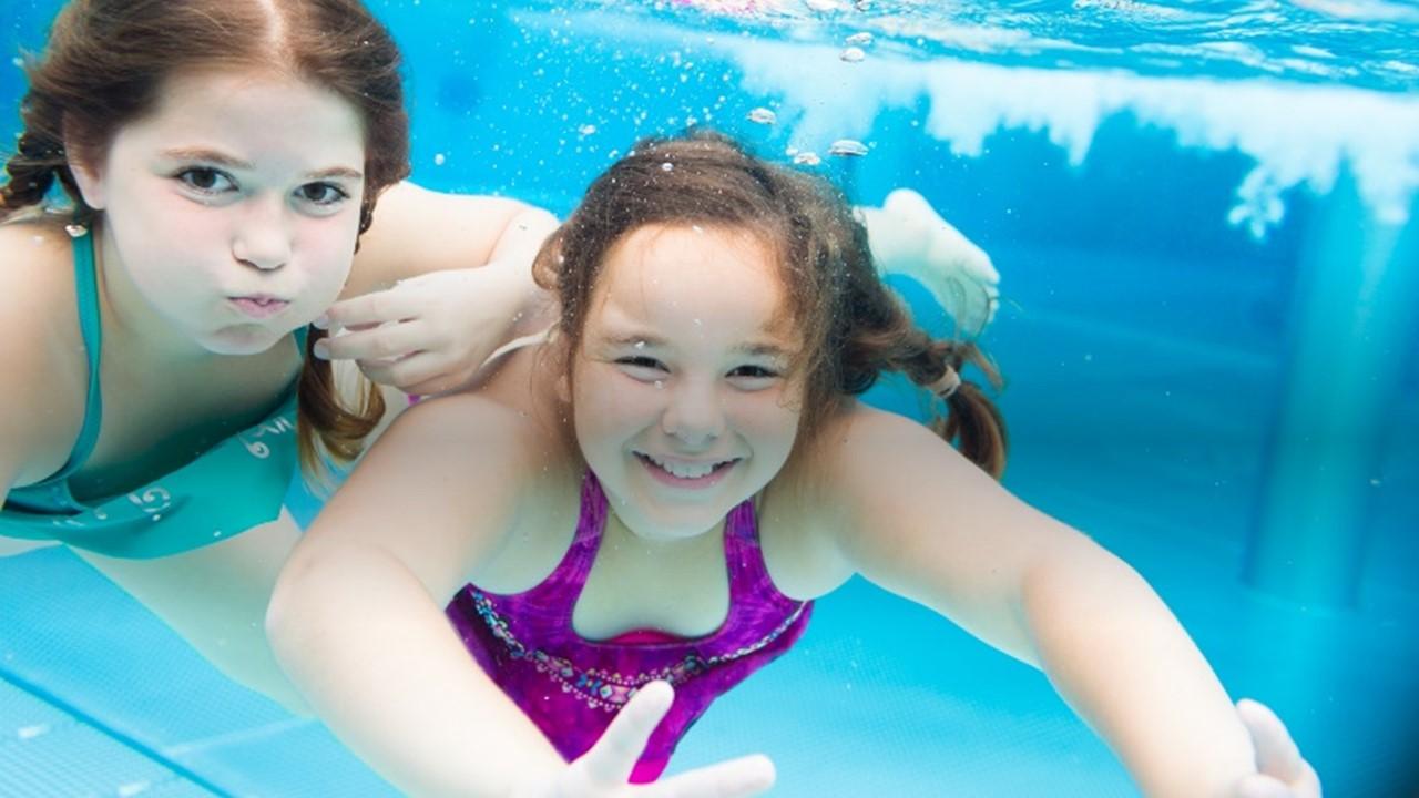 två barn som simmar