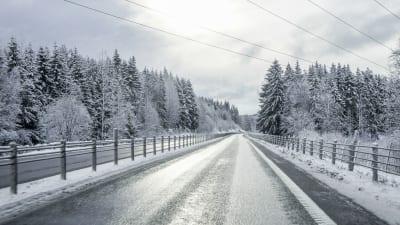 Bild på en is och snöfri väg