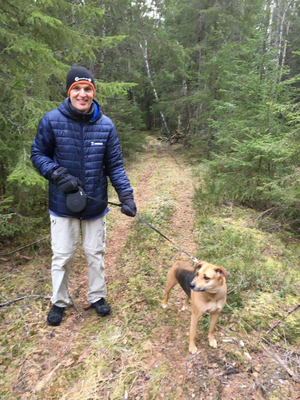 Gunnar Dicander med hund i skog