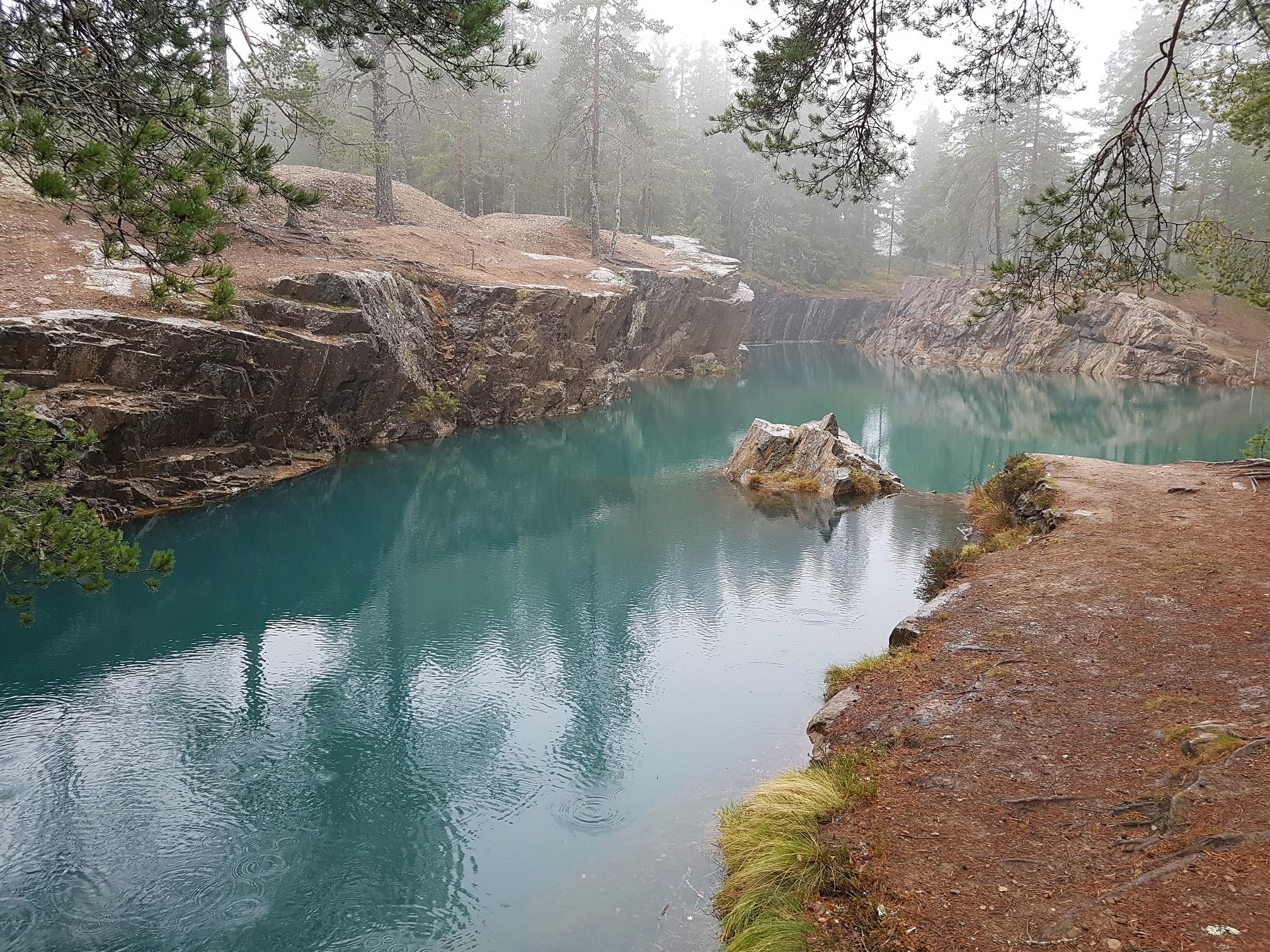 Gruvhål med blågrönt vatten vid Östra Silvbergs gruva
