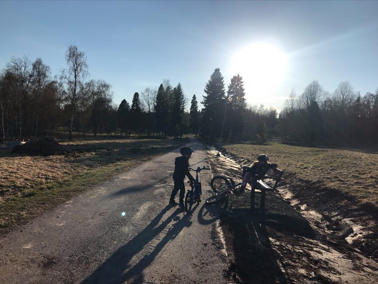 Barn på cykel på utflykt.