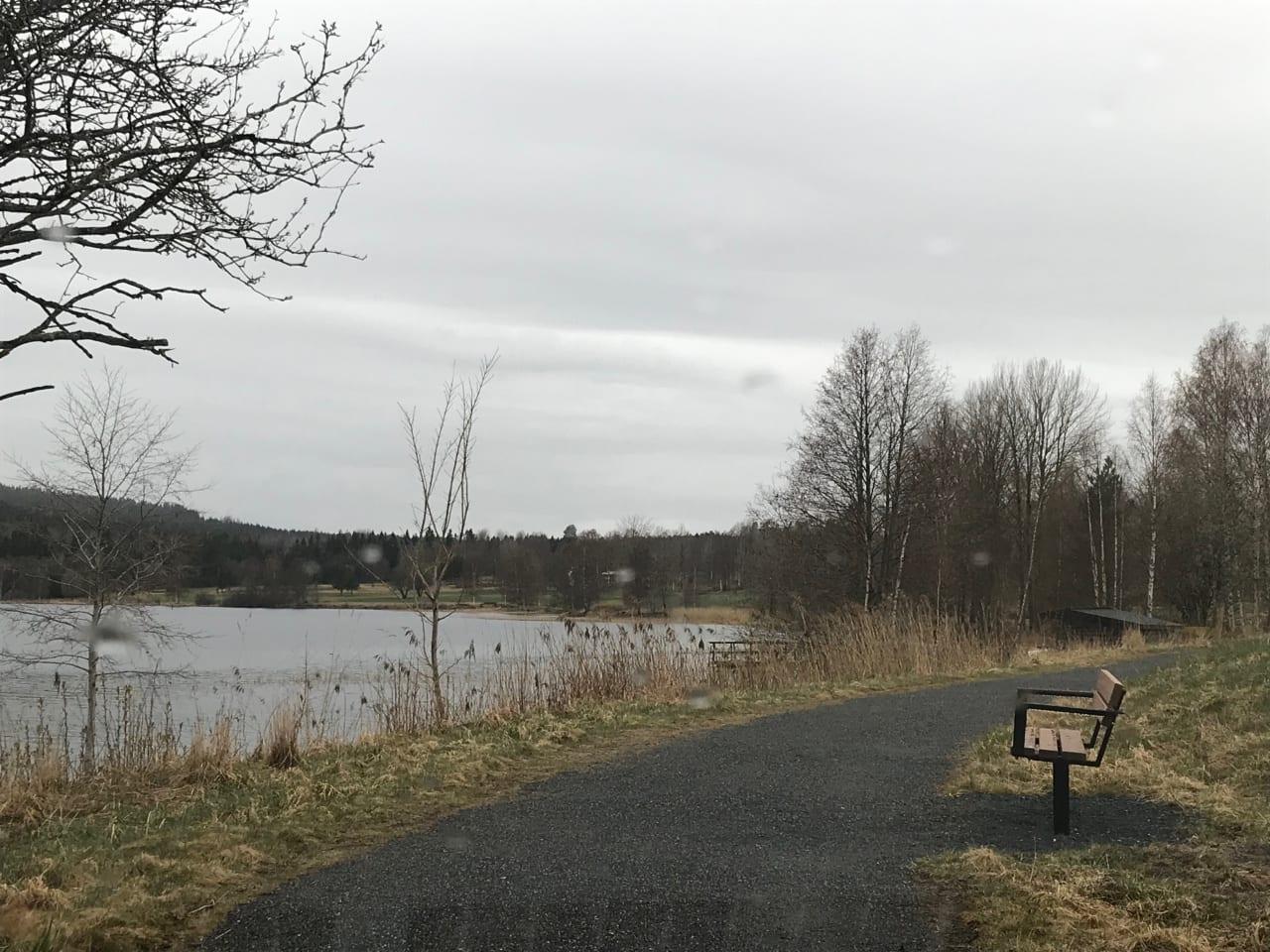 Promenadväg med bänk, utmed Ljustern.