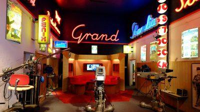 Ett foto taget inifrån Film och Biografmuséet i Säter. I rummet finns gamla bioskyltar, inspelningskameror och rekvisita.